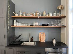 étagère sur cuisine rénovée à Nantes