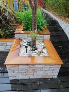 Habillage bois pour jardinière en pierres