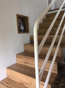 escalier chêne avec rampe acier laqué blanc