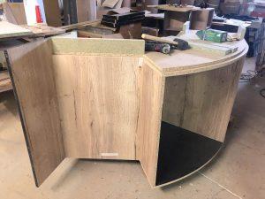 fabrication d'un comptoir d'accueil en mélaminé chêne et noir