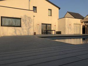 large terrasse devant maison et piscine