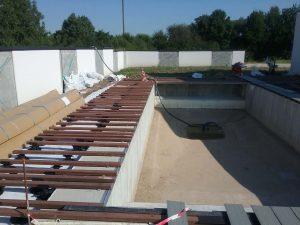 Préparation tour de piscine en lame bois composite