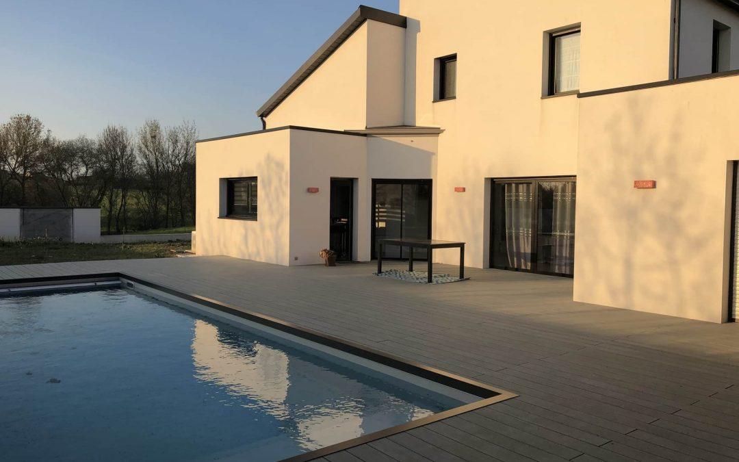 maison moderne avec piscine et terrasse bois