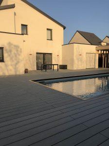 maison moderne avec pisicne et terrasse bois composite