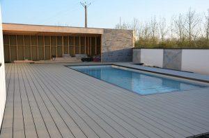 piscine entourée de terrasse composite
