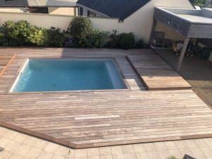 tour de piscine bois avec couverture bois ouverte